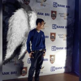 saya akan mengedit 2 fotomu menambahkan sayap malaikat
