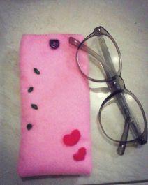 membuatkan pouch/tempat kacamata atau hp, gantungan kunci yang lucu dari kain flanel
