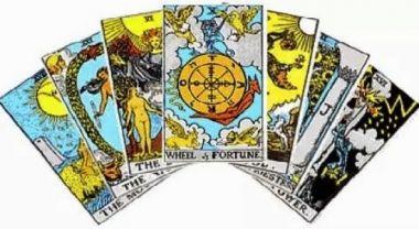 membacakan kartu tarot