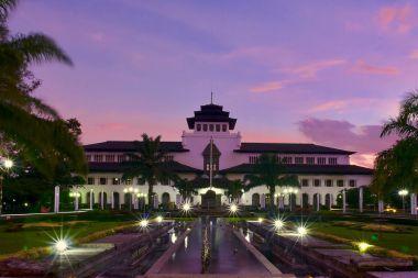 memberikan perjalanan ke Bandung dengan harga murah