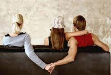 menjadi alibi / pembela kamu jika kamu di gosipkan/ketahuan berselingkuh
