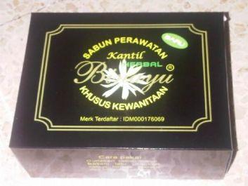 memberi sabun herbal khusus untuk wanita