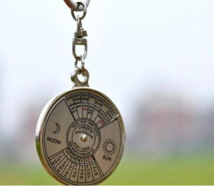 memberikan sebuah gantungan kunci kalender yang terbuat dari metal