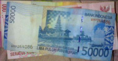 memberikan tip cara melihat hologram pada uang kertas