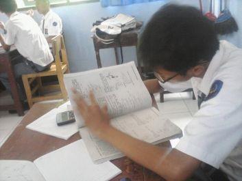 mengerjakan PR matematika dan fisika (SD, SMp & SMA)